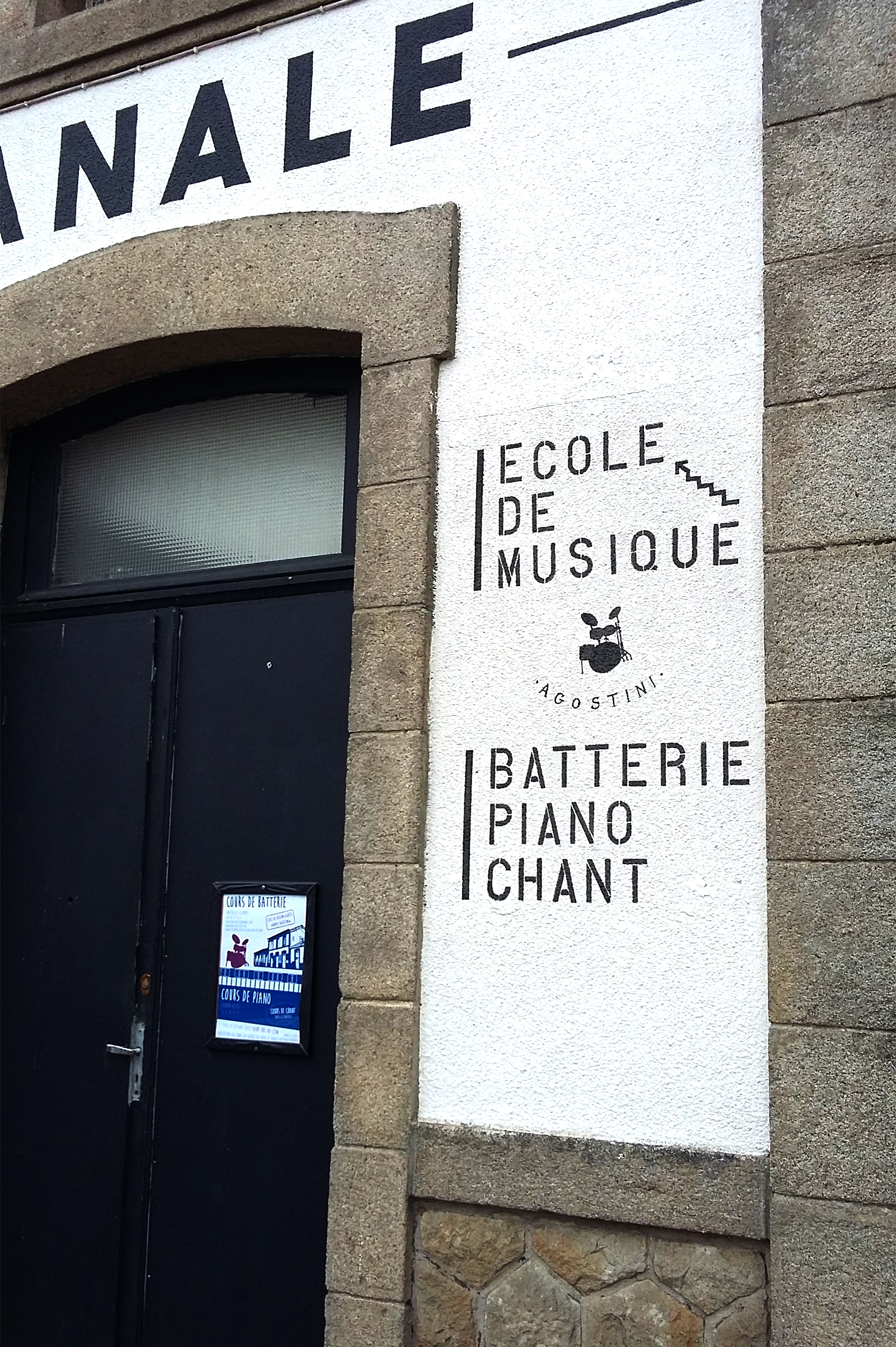 Signalisation dans le même style d'une école de musique à l'étage du bâtiment.